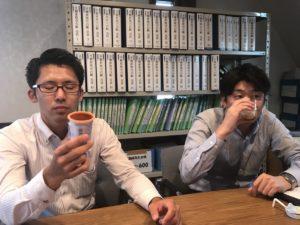 メイバランスを飲んでみる中野相談員と高橋相談員2