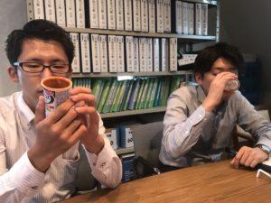 メイバランスを飲んでみる中野相談員と高橋相談員1