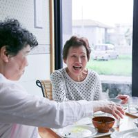 老人ホーム 民間と公的機関のメリット・デメリット