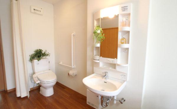 トイレ・洗面台 居室と一体になったスペースで清潔感のあるホワイト色の設備になっています。(ベストライフ 沼津)