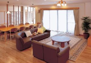 居間 大きな窓が配置されていて広くて明るい居間には大きなソファーが設置されています。(グループホームきらら浜松)