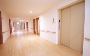 広い廊下 一直線の広い廊下には手すりが両側に設置され安心して移動する事が出来ます。(クローバーライフ富士)
