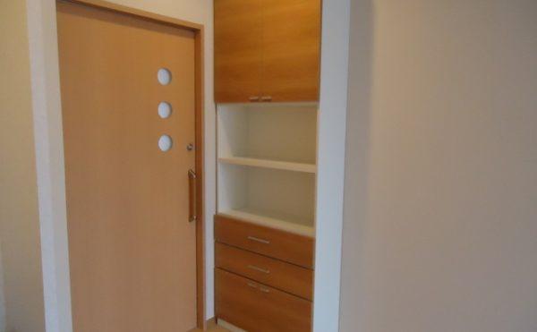 居室内収納 内装インテリアにマッチした造り付けの収納で、棚や引き出しがあり重宝される収納です。(杏林福祉サービスときわ)