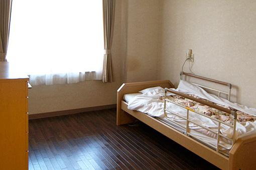 居室 大きな窓が設置されていて開放的で明るい居室で毎日を穏やかに過ごす事が出来ます。(グループホームハイジの家)