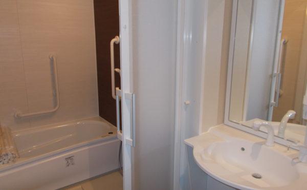 浴室  清潔感のある内装で洗面から浴室へは引き戸で開閉も楽々に出来る仕様になっています。(glad 下川原)