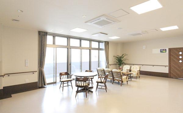 リビング居間 リビングスペースには、ソファーやテーブルセットがあり、楽しく談笑することが出来ます。(レジデンス二之宮)