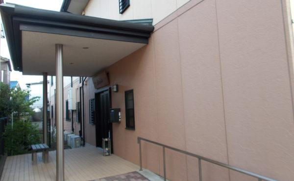 エントランス玄関② 入口前にはベンチが置かれていて、のんびりと過ごす事が出来ます。(ニチイケアセンター清水草薙)