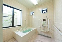 浴室 手すりが適所に設置されていて清潔感がある浴室になり、安心して利用する事が出来ます。(グループホーム おおやぎ)