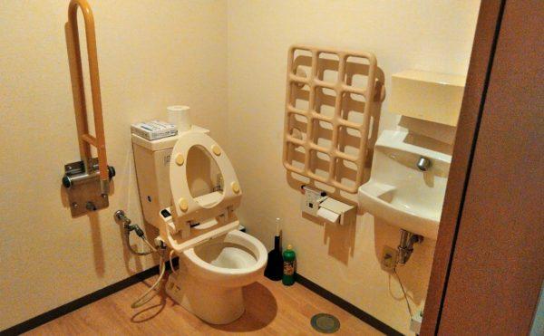 トイレ ゆったりとしたスペースに手すりが適所に配置されています。(障害福祉サービス 共同生活援助 和光の家)