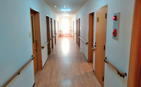 広い廊下 ナチュラルな色合いの内装インテリアで、快適に移動する事が出来ます。(障害福祉サービス 共同生活援助 和光の家)