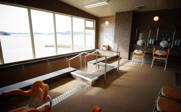 浴室 全面大きな窓が設置されていて大浴場からは浜名湖を眺めることが出来、快適に入浴する事が出来ます。(みかんの郷)