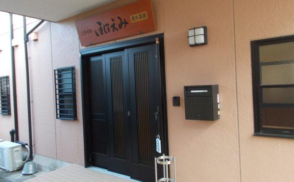 エントランス玄関① 和モダンテイストのエントランス玄関で訪れる人を優しく迎えています。 (ニチイケアセンター清水草薙)