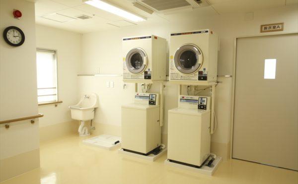 ランドリースペース  広いスペースに洗濯と乾燥のランドリースペースが設けられています。(アイケア おおるり上島)