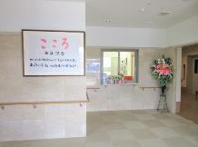 施設玄関 エントランス玄関は広い空間になっていて、手すりやお花など訪れる人を温かく迎えます。(あっとほーむ高松)