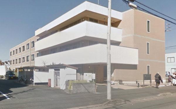 外観 前面道路からの外観。3階建ての綺麗な存在感のあるモダンな建物施設になっています。(そんぽの家 浜松高丘)