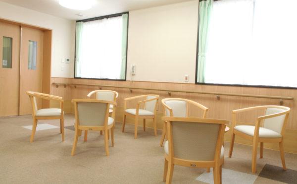 談話スペース 大きな窓が配置されて開放的で明るい空間に談話スペースが設けられています。(ベストライフ富士)