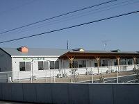 外観② 施設の建物は平屋建てになっていて、居室前には大きな屋根を設置しています。(グループホーム 都の家)