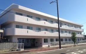 外観① 築3年目の綺麗な白い建物で、3階建てで道路沿いに面しています(ラ・ナシカ三保の松原)