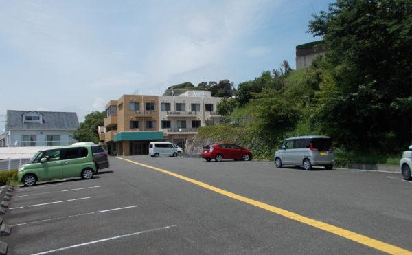ひろい敷地の駐車場 駐車場はかなり広いスペースがあり、駐車に困ることは心配もありません。(シンシア清水)
