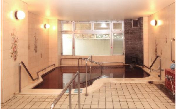 熱海温泉成分の大浴場です。大きな窓が配置されていて快適に入浴を楽しむことが出来ます。(フレンズ南熱海)