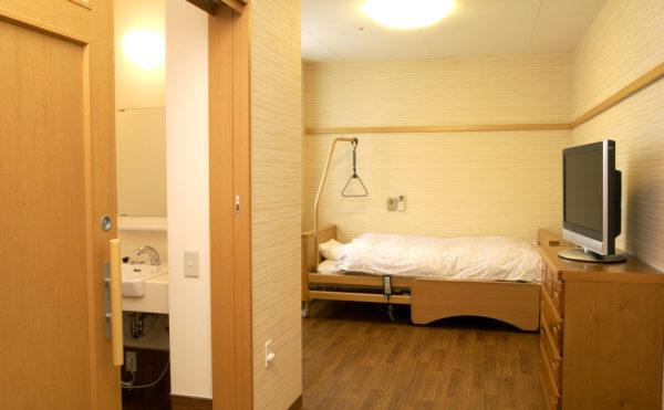 居室 室内はナチュラルな色調で安らぎを与える空間を演出しています。(介護付き有料老人ホーム 庵原屋日和館)
