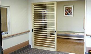 玄関エントランス 和風テイストの玄関はバリアフリーで手すりも適所に配置されています。(グループホーム ハーモニー)