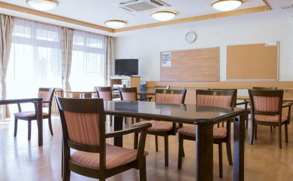 食堂 大きな足もとからある窓が開放感抜群で、明るい空間で毎日の食事を楽しくする事が出来ます。(そんぽの家 浜松高丘)