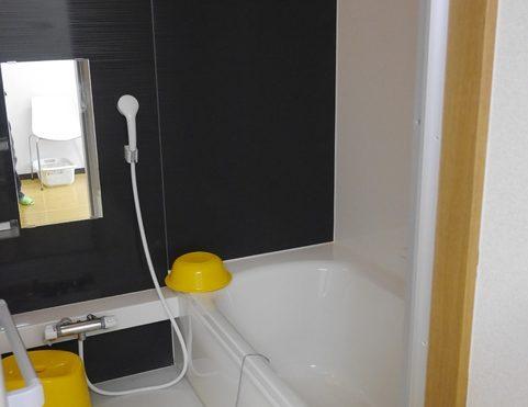 個室の浴室 清潔感のある浴室で広めの浴槽とアクセント壁がお洒落で心地よく入浴する事が出来ます。(あい湖)