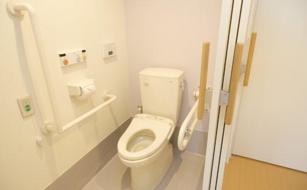 トイレ 清潔感のあるホワイト系の色合いで統一されてして、快適に利用する事が出来ます。(アイケア おおるり上島)