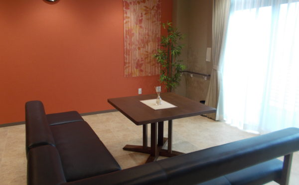 お洒落な談話スペース コーナーに設置されたソファーが高級感があり、壁クロスもカラー色を貼っています。(glad 下川原)