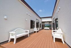 デッキテラス 中庭スペースにはデッキテラスとベンチがあり、快適な空間となっています。(グループホーム おおやぎ)