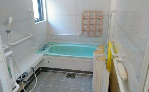 浴室 適所に手すりが配置されていて、明るく清潔感のある浴室になります。(障害福祉サービス 共同生活援助 和光の家)