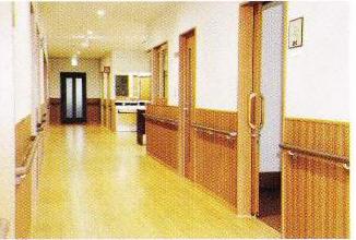 広い廊下 広い廊下には両側に手すりと腰壁材が設置され、安心して移動歩行する事が出来ます。(グループホームつどい)
