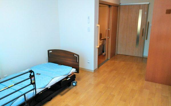居室 ミディアム色の木柄と床材の内装インテリアで落ち着いた毎日を過ごす事が出来ます。(やすらぎの郷 見付)