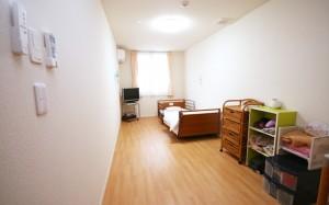 居室 ナチュラルな内装インテリアで明るく開放的で毎日健やかに過ごす事が出来ます。(クローバーライフ富士)