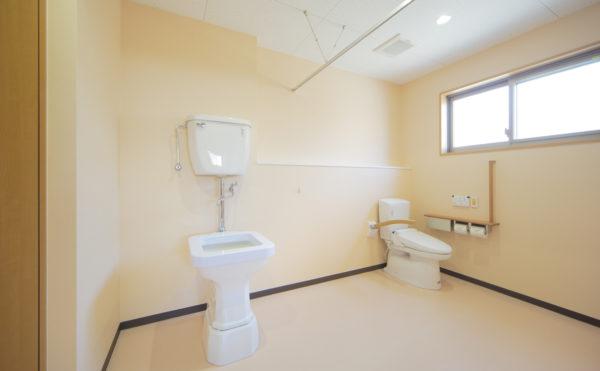 トイレ 清潔感があり広いスペースのトイレは適所に手すりを配置して安心してご利用いただけます。(ウィル名塚 おもてなしの郷)