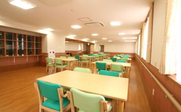 食堂 大きな空間に数多くのテーブルが配置されていて、開放的な明るい食堂で食事を取ることが出来ます。(ベストライフ 沼津)