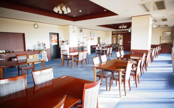 食堂② 食堂スペースに日差しが燦燦と入り込んでいる写真です。明るく開放的な食堂になります。(みかんの郷)