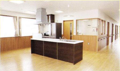 キッチン 背面がダーク色のカウンターキッチンが設置されていて開放感抜群の空間になっています。(グループホームつどい)