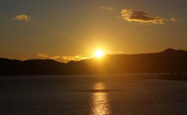 夕陽 浜名湖に沈む夕陽の風景写真です。(みかんの郷)