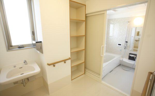 浴室・洗面 清潔感のある浴室と洗面スペースで快適に利用する事が出来ます。(アイケア おおるり上島)