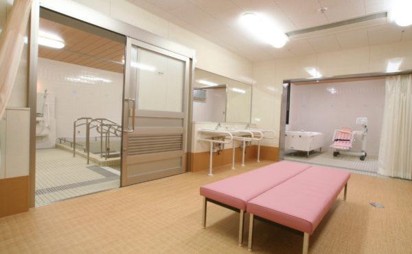 広い脱衣所 開放感のある清潔な脱衣所スペースで風呂上がりのほっこりとしたひとときが送れます。(ベストライフ富士)