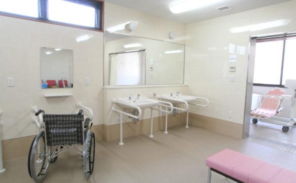 脱衣室 広い脱衣室で清潔なホワイト色の洗面台が配置されて、心地よく利用することが出来ます。(ベストライフ 沼津)