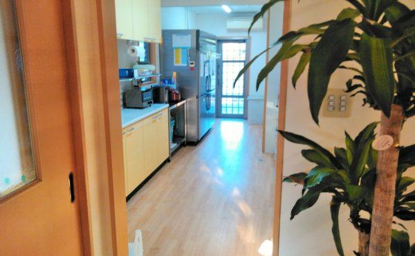 キッチンスペース システムキッチンと背面カウンターと機能的に配置されています。(障害福祉サービス 共同生活援助 和光の家)