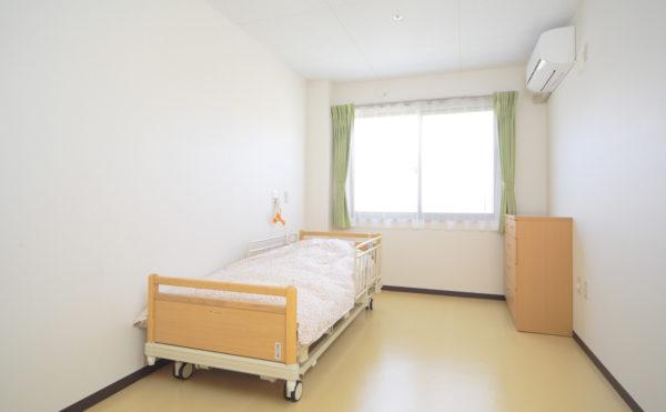 居室 ナチュラル色の木柄と床材の内装インテリアで落ち着いた毎日を過ごす事が出来ます。(ウィル名塚 おもてなしの郷)