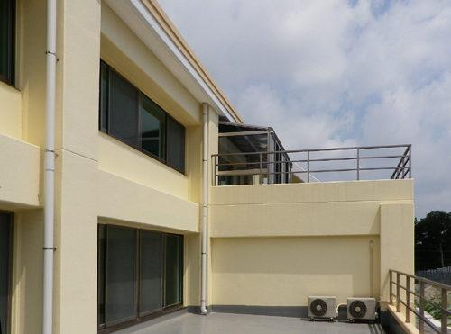 バルコニー 施設には大きなスカイバルコニーが設けられており、ちょっとした日光浴に快適な場所になります。(クレセント和合)