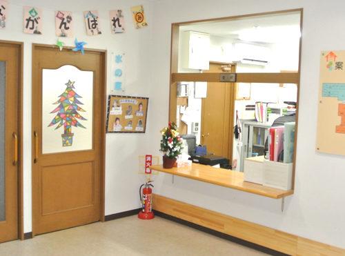 受付スペース 開放的で清潔感のある受付スペースで、壁には案内や様々な掲示物があります。(三ヶ日グループホーム)