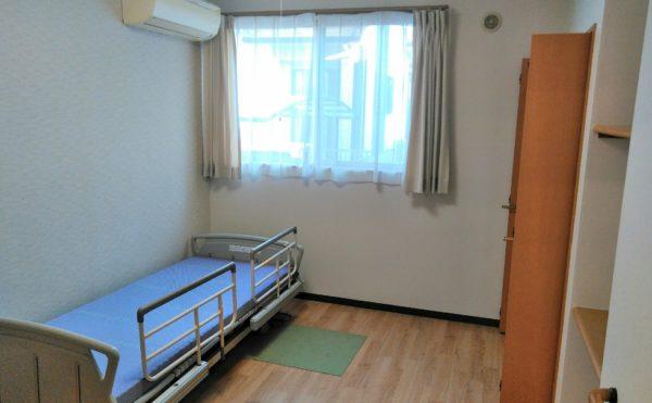居室 ナチュラルなインテリアで造付のクローゼットとカウンター棚があります。(障害福祉サービス 共同生活援助 和光の家)