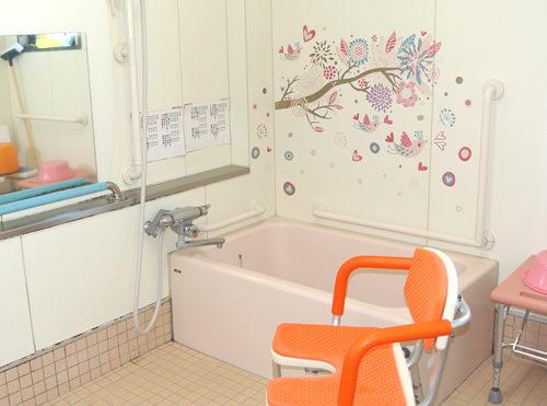 浴室 手すりが適所に設置されていて清潔感がある浴室になり、安心して利用する事が出来ます。(日ノ岡グループホーム)