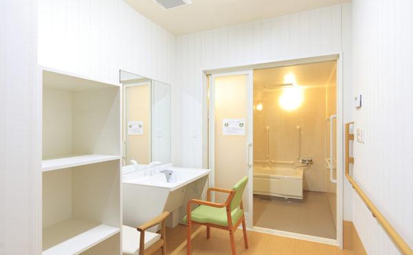 洗面スペース 清潔感のあるホワイトで統一された洗面台や家具。浴室もバリアフリーで出入り出来ます。(レジデンス二之宮)